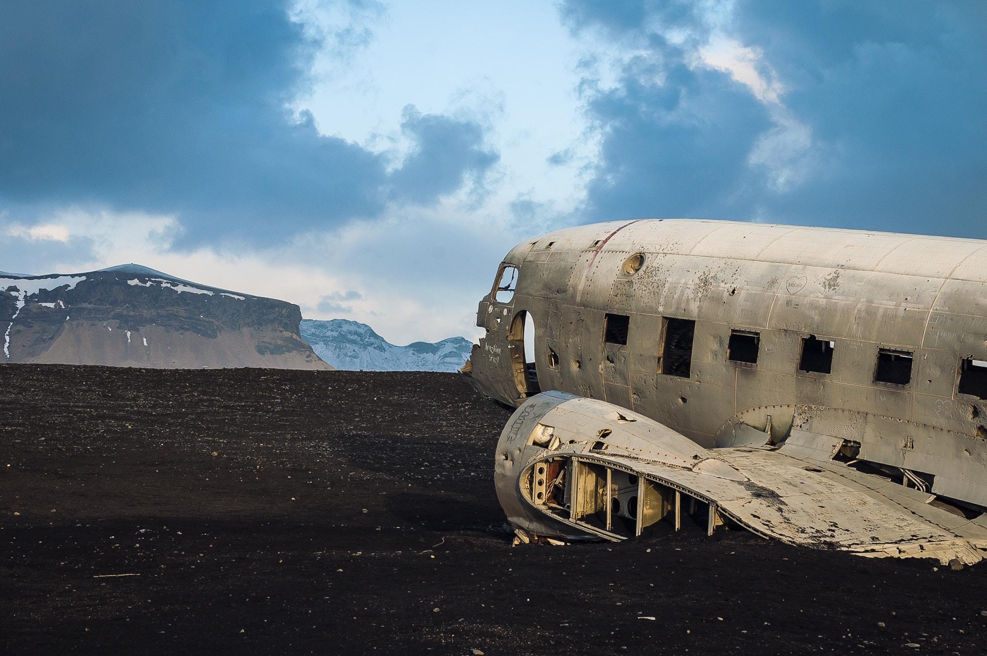 14 фото заброшенного самолета у берегов Исландии